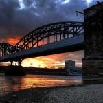 brennender Himmel hinter der Südbrücke
